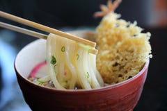 Tallarines del Udon con el tempura frito del camarón, comida japonesa fotografía de archivo libre de regalías