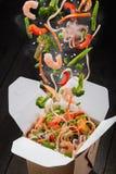 Tallarines del wok del sofrito del chino Imágenes de archivo libres de regalías