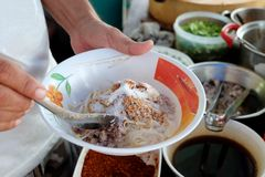 Tallarines el cocinar, del cerdo con la sopa de la bola de pescados, caliente y amarga Fotografía de archivo libre de regalías