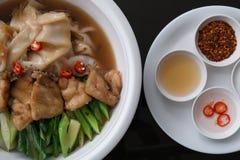 Tallarines encendidos con los pescados y las verduras en estilista superior de la comida Foto de archivo