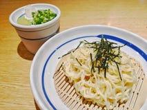 Tallarines fríos del soba de Zaru-soba con el desmoche frito cortado de la alga marina fotos de archivo