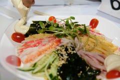 tallarines frescos fríos enfriados de los somen comida japonesa con el seawe del huevo del jamón imagenes de archivo