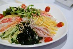 tallarines frescos fríos enfriados de los somen comida japonesa con el seawe del huevo del jamón fotos de archivo