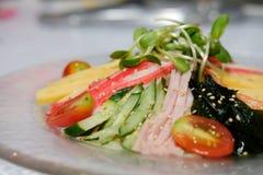 tallarines frescos fríos enfriados de los somen comida japonesa con el seawe del huevo del jamón imagen de archivo libre de regalías