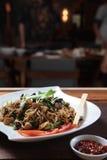 Tallarines fritos asiático con el pepino y la cal Fotografía de archivo libre de regalías