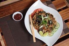 Tallarines fritos asiático con el pepino y la cal Fotos de archivo
