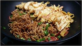 Tallarines fritos asiáticos Fotos de archivo