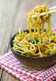 Tallarines fritos chinos Imagenes de archivo