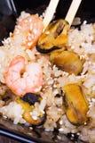 Tallarines fritos del udon con los mariscos Foto de archivo