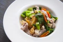 Tallarines fritos tailandeses con cerdo y bróculi Fotos de archivo