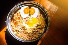 Tallarines inmediatos con el huevo en el pote para el almuerzo Foto de archivo