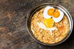 Tallarines inmediatos del estilo tailandés con el huevo y la yema de huevo de la sal en el pote para el almuerzo Imagen de archivo libre de regalías