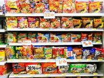 tallarines inmediatos en estante del supermercado foto de archivo
