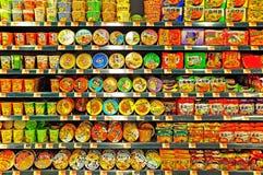 Tallarines inmediatos en estantes del supermercado Imagen de archivo libre de regalías