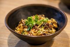 Tallarines japoneses clásicos del udon con las verduras Fotografía de archivo