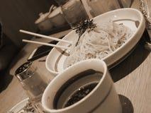 Tallarines japoneses en plato foto de archivo libre de regalías