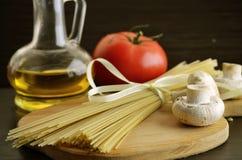 Tallarines largos, setas, tomate Imágenes de archivo libres de regalías