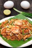 Tallarines o padthai tailandeses con el camarón y la verdura de la falta de definición, limón, huevo Fotografía de archivo libre de regalías
