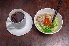 Tallarines org?nicos sanos del pollo con verduras y una taza de t? imagenes de archivo