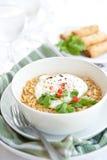 Tallarines picantes con el huevo y chilis rojos Imagen de archivo