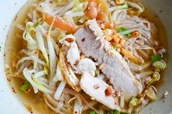Tallarines picantes tailandeses con cerdo y el calamar Fotos de archivo