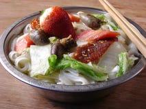 Tallarines planos de cena finos del arroz chino Fotos de archivo libres de regalías