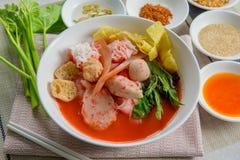 Tallarines planos Tom Yum Yen-Ta-Fo de los mariscos rosados Fotografía de archivo