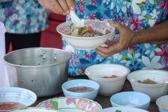 Tallarines que cocinan con el condimento tailandés Foto de archivo libre de regalías
