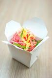 Tallarines rosados tailandeses en caja Fotografía de archivo libre de regalías