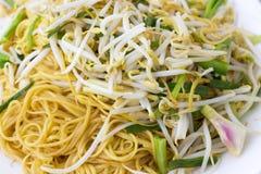 Tallarines sofritos chino con los brotes de haba Foto de archivo