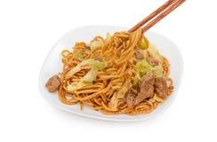 Tallarines sofritos en el fondo blanco, comida china fotografía de archivo