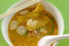 Tallarines tailandeses calientes y picantes en la sopa de tom yum Imágenes de archivo libres de regalías