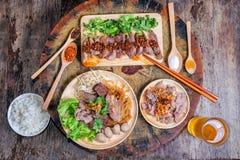 Tallarines tailandeses con carne de vaca imagen de archivo libre de regalías