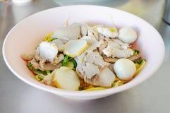 Tallarines tailandeses del cerdo con la bola de pescados Imágenes de archivo libres de regalías