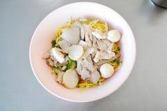 Tallarines tailandeses del cerdo con la bola de pescados Foto de archivo