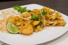 Tallarines tailandeses del cojín con el camarón y el calamar Fotos de archivo