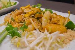 Tallarines tailandeses del cojín con el camarón y el calamar Foto de archivo