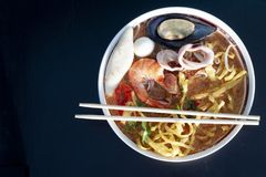 Tallarines Tom Yam Sea Food Mee Krob imagen de archivo