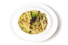 Tallarines verdes de las pastas de la espinaca con tocino, Turquía y el queso parmesano imagen de archivo libre de regalías
