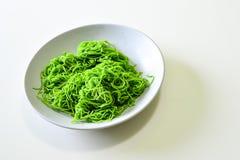 Tallarines verdes en el plato blanco Imágenes de archivo libres de regalías