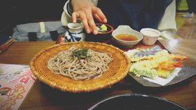 Tallarines y camarón del estilo japonés imagenes de archivo
