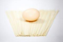 Tallarines y huevos Imagen de archivo libre de regalías