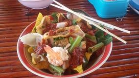 Tallarines y marisco con la salsa roja imagenes de archivo