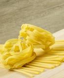 Tallarines y pastas italianos crudos de los espaguetis Imágenes de archivo libres de regalías