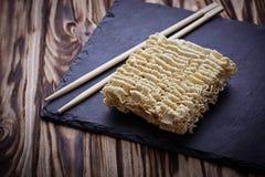 Tallarines y ramen chinos secos de huevo Imágenes de archivo libres de regalías