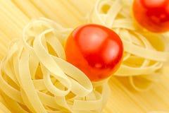 Tallarines y tomates frescos Fotografía de archivo libre de regalías
