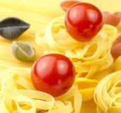 Tallarines y tomates frescos Imagen de archivo