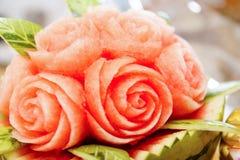 Tallas de la fruta en la tabla de comida fría Imágenes de archivo libres de regalías