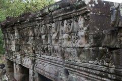 Tallas de los bailarines de sexo femenino del garuda en el templo de Banteay Chhmar foto de archivo libre de regalías