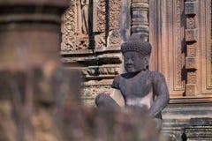 Tallas de los guardas en el templo de la piedra arenisca roja de Banteay Srei, Camboya Foto de archivo